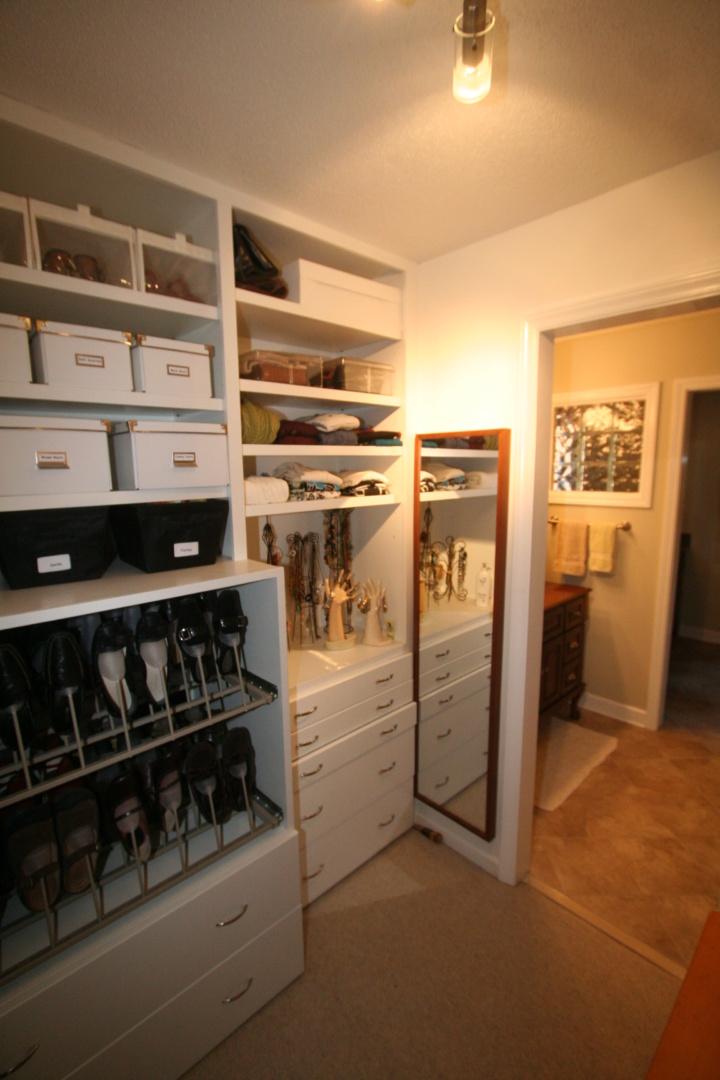 Skinnar master closet inside view